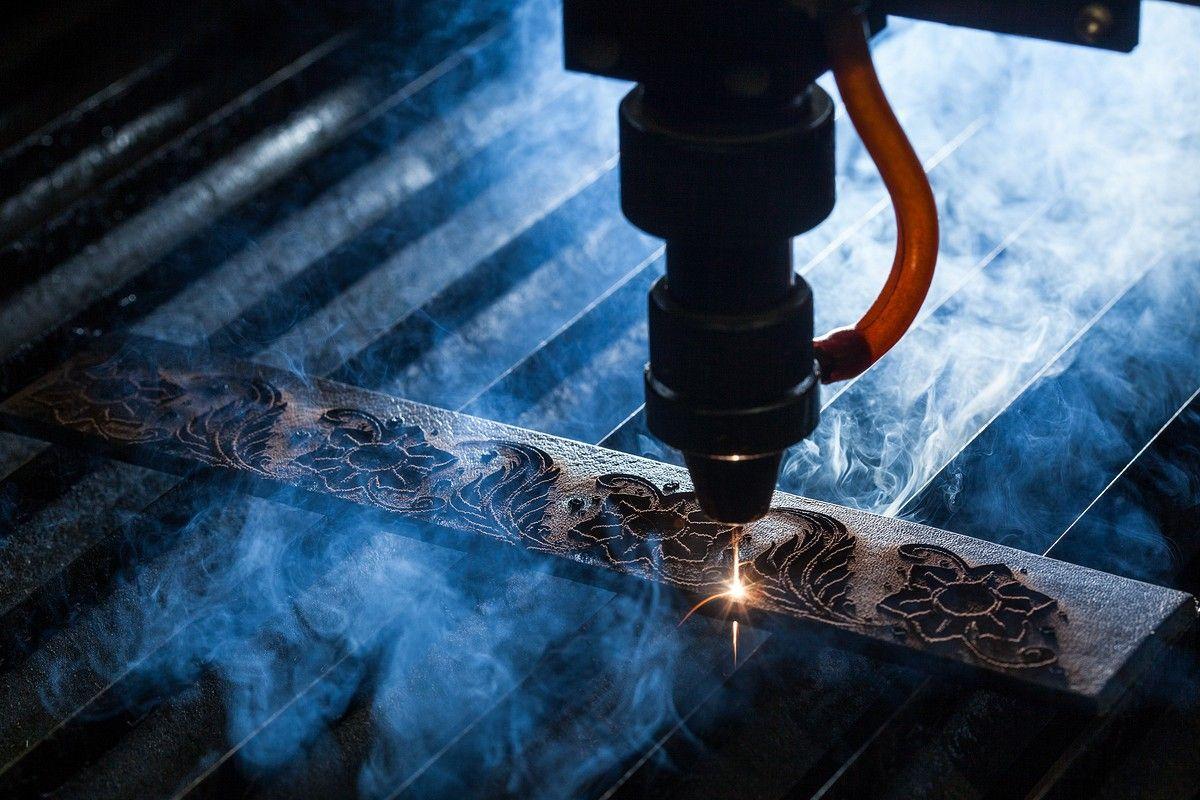 Лазер делает гравировку на кожаном ремне. Фото для имиджевого буклета.