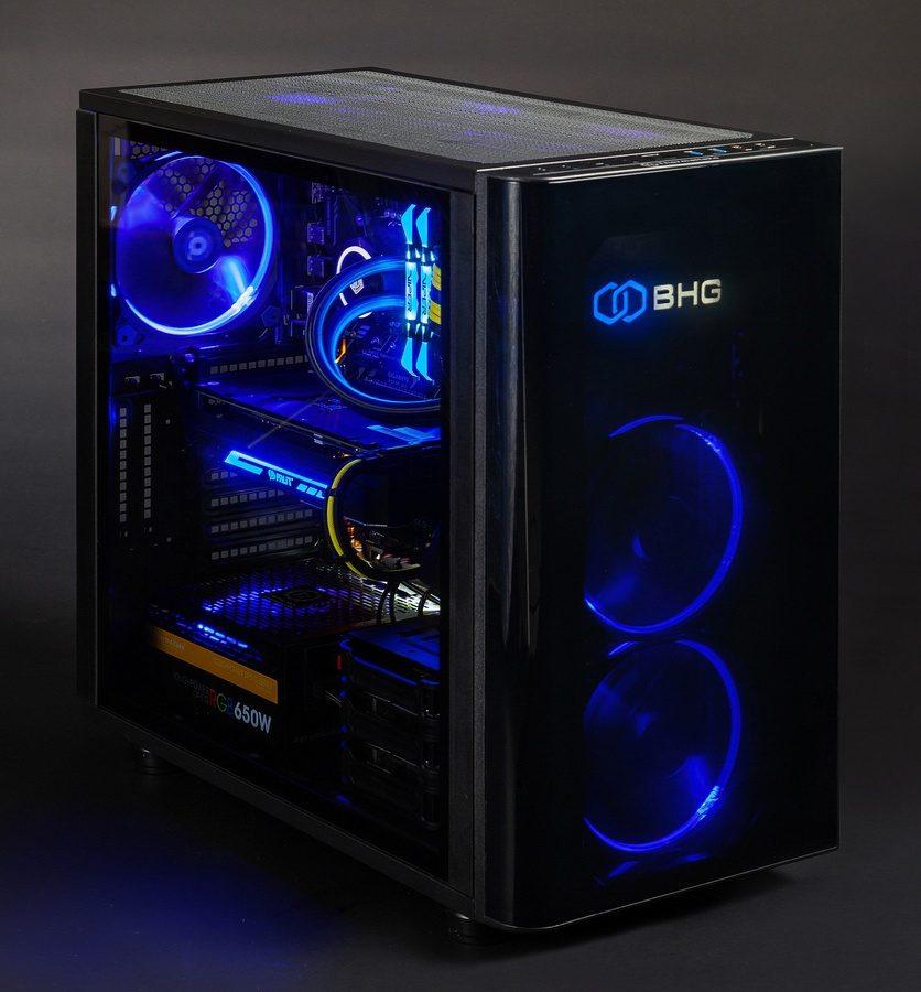компьютер со светящимися синим компонентами внутри