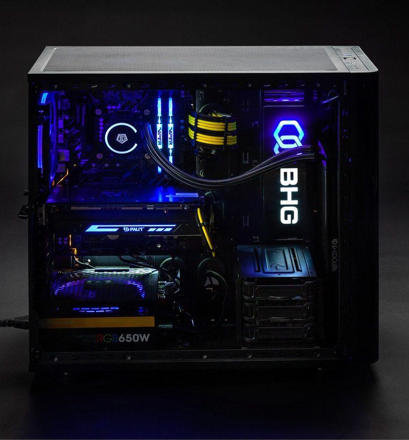 компьютер со светящимися компонентами внутри