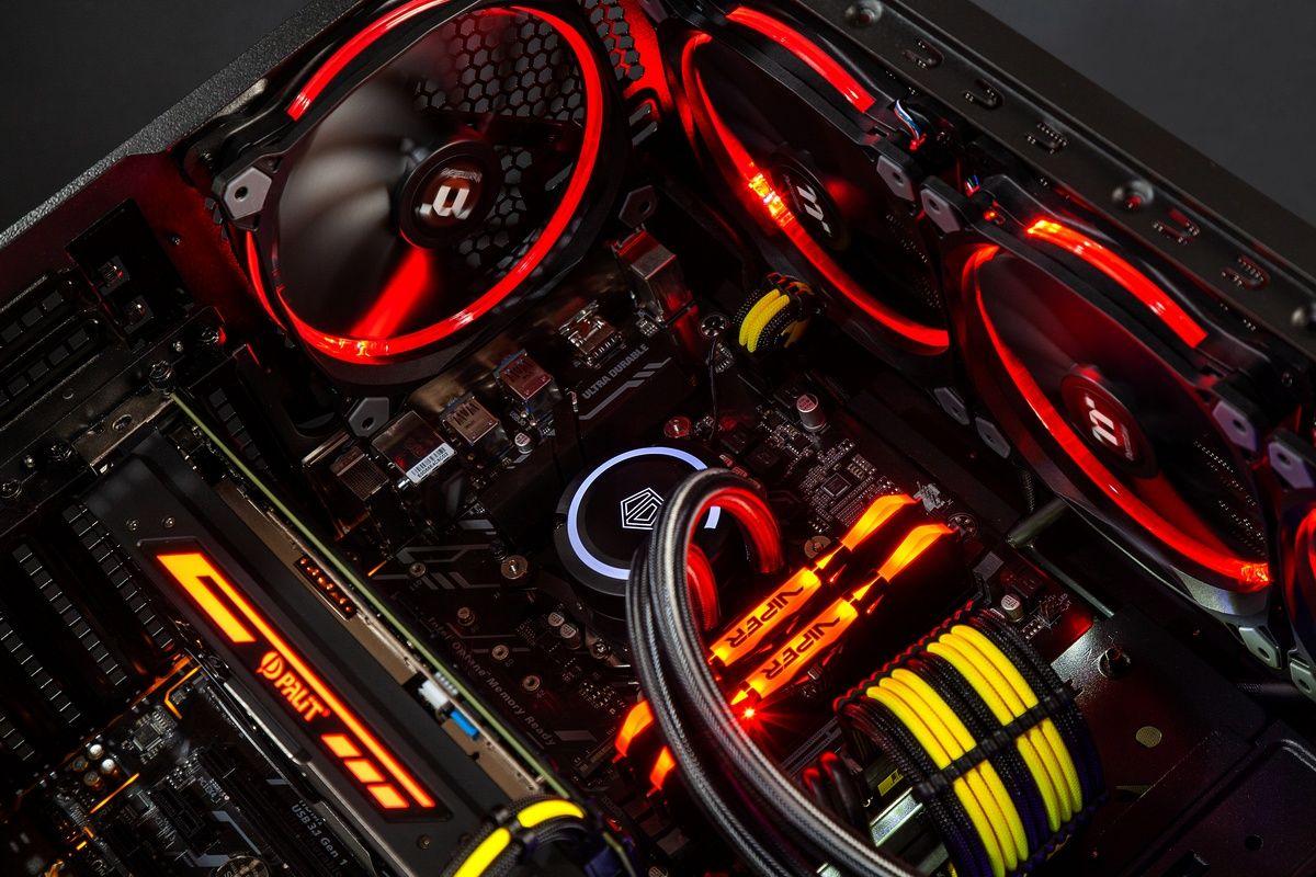 компьютер со светящимися красным цветом планками памяти ddr