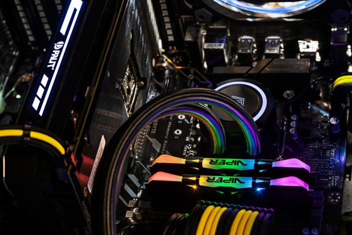 внутри игрового компьютера со светящимися планками памяти ddr и видеокартой palit