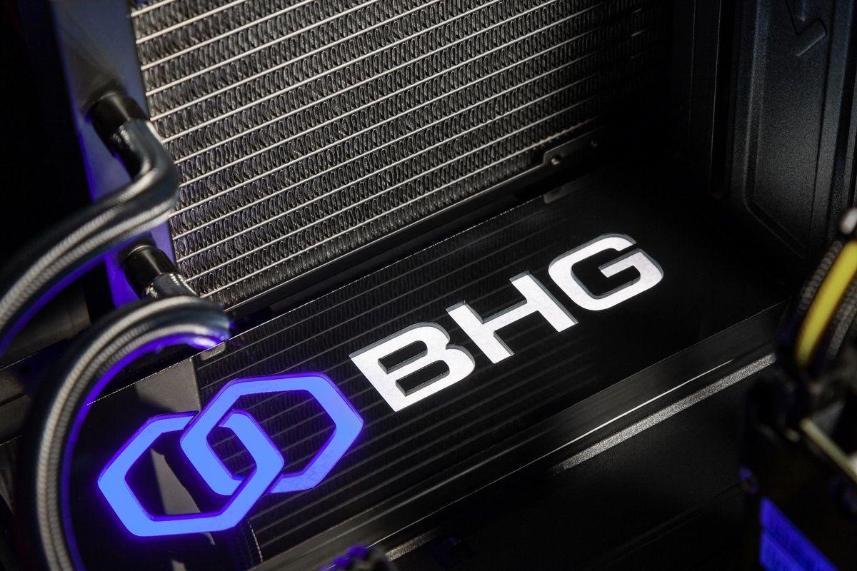 компьютер со светящимся логотипом и водяным радиатором