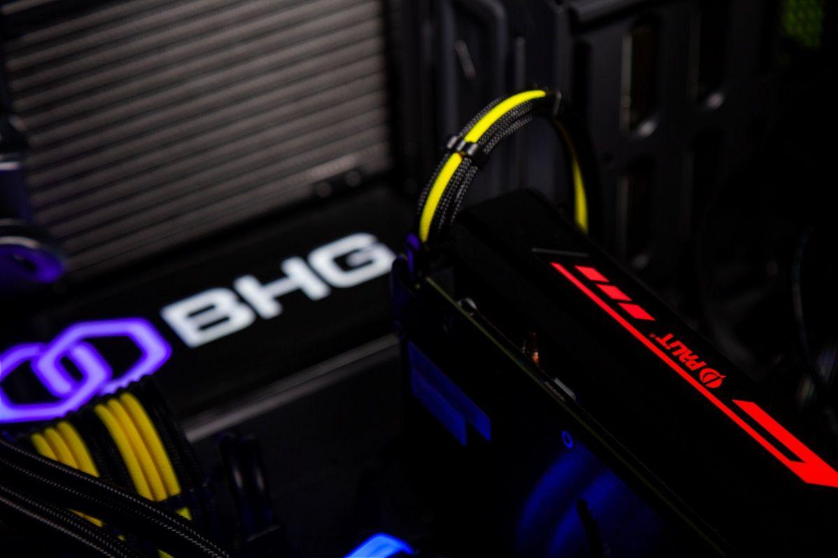 Светящиеся компоненты внутри игрового компьютера