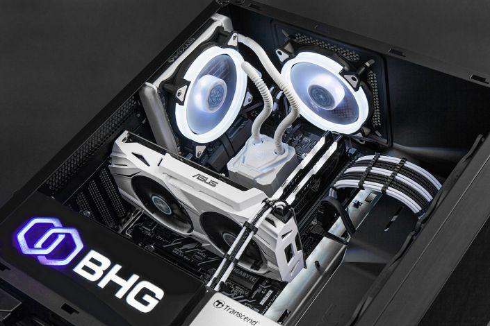 корпус компьютера со светящимися комплектующими