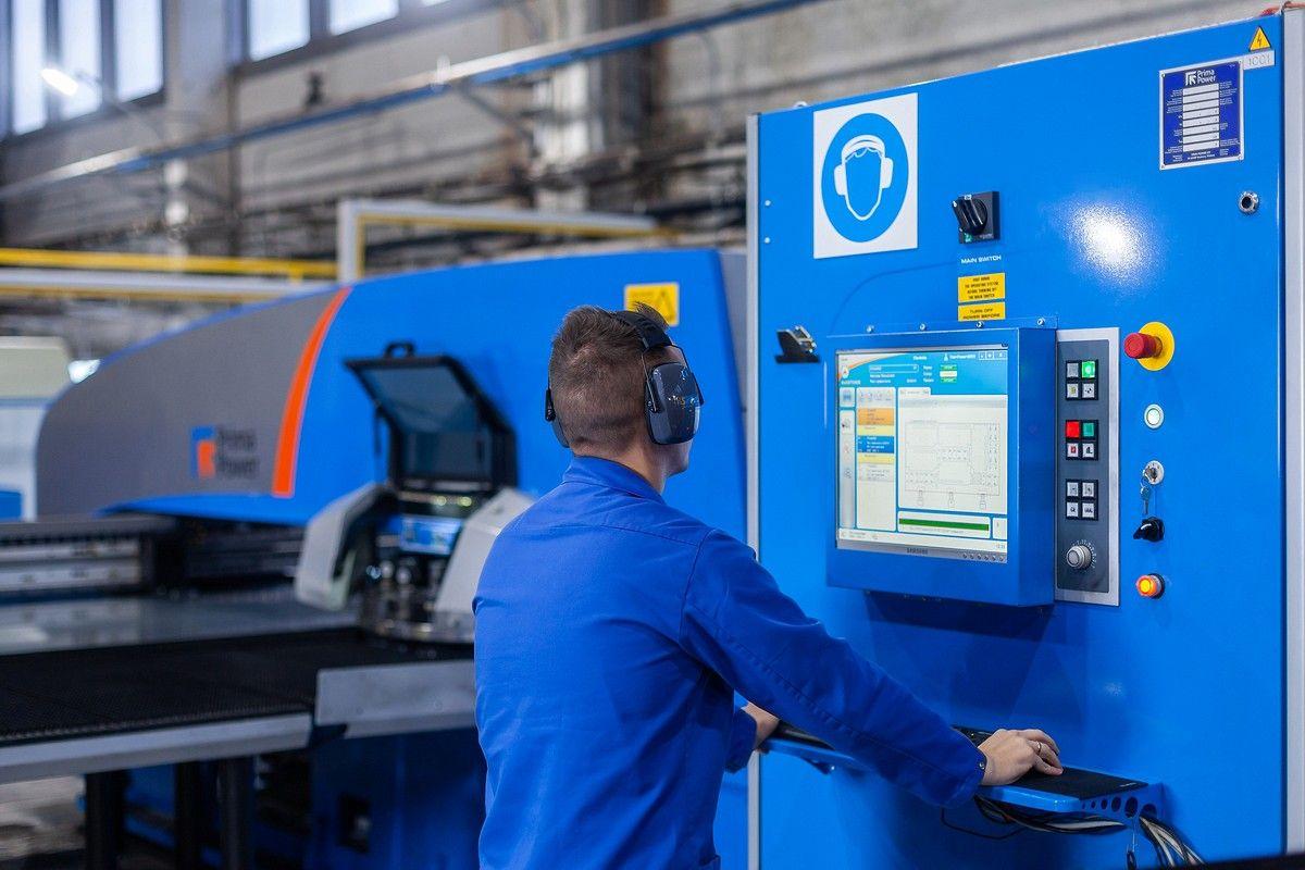 Промышленное фото в цеху металлообработки производственного объединения Элтехника