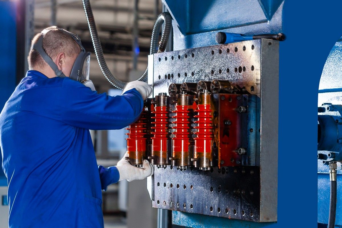Литье изоляторов в цеху компаундного литья из эпоксидного компаунда, изготовленных АО «ПО Элтехника»
