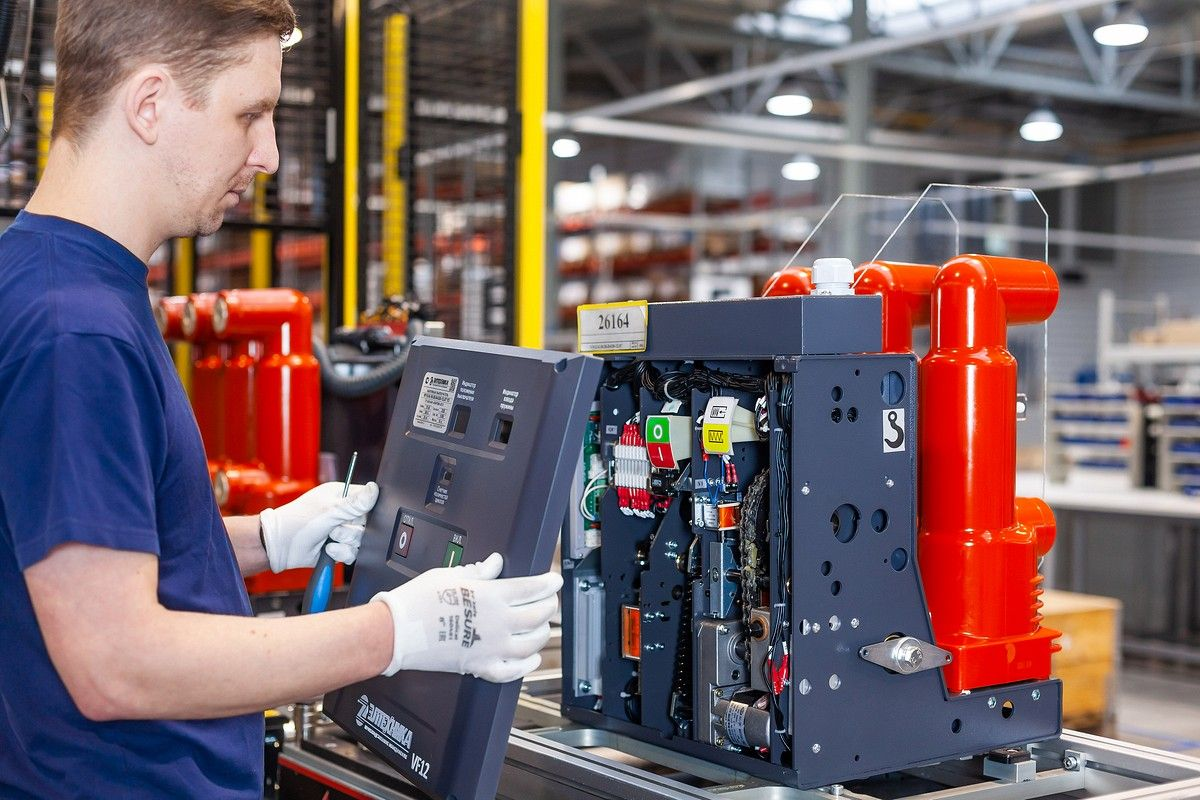 Сборка на производстве вакуумного выключателя VF12