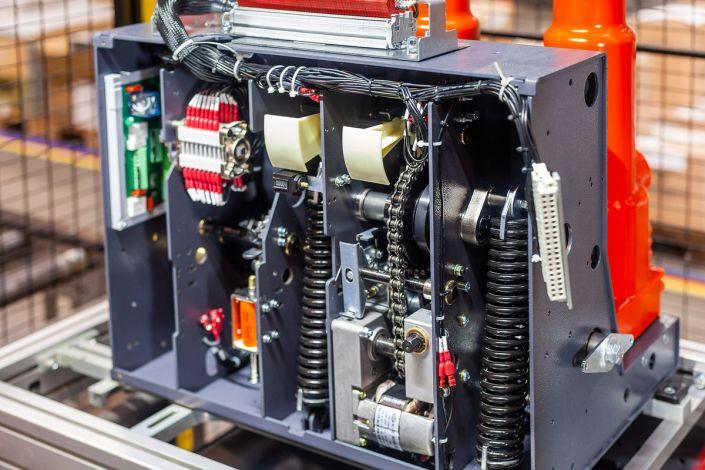 Сборка и тестирование на производстве вакуумного выключателя VF12