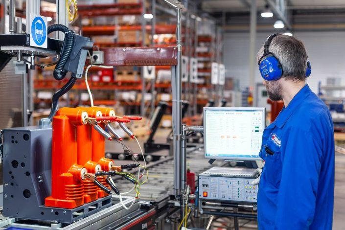 Тестирование вакуумного выключателя VF12. Производственный цех